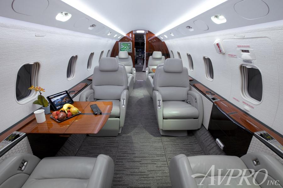 2005 Bombardier Challenger 300 Photo 2