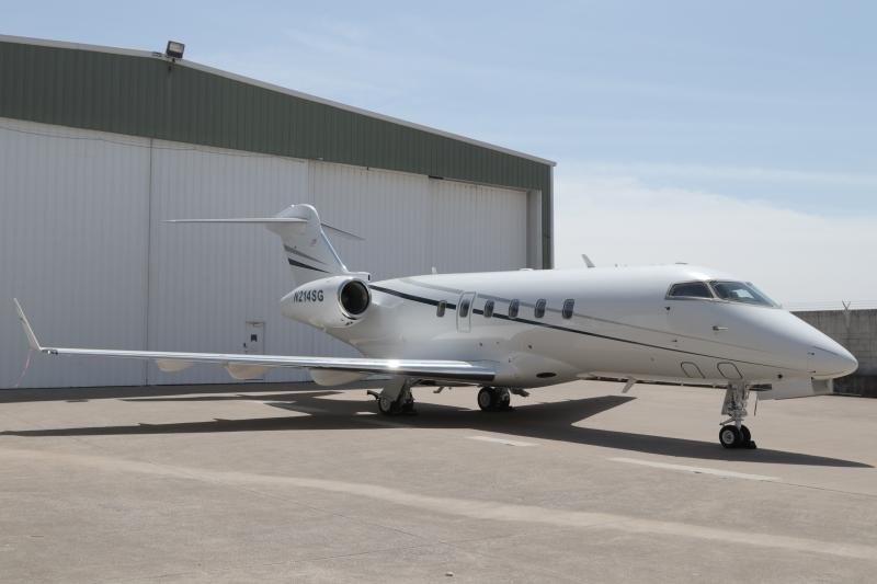 2004 Bombardier Challenger 300 Photo 2