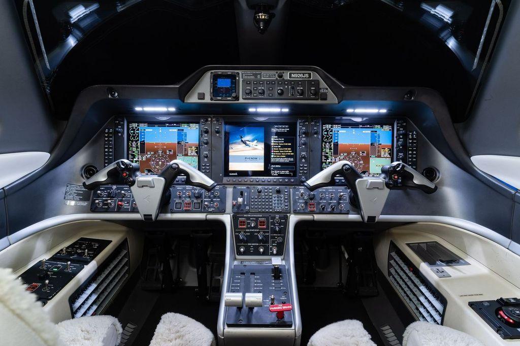 2012 Embraer Phenom 300 Photo 2
